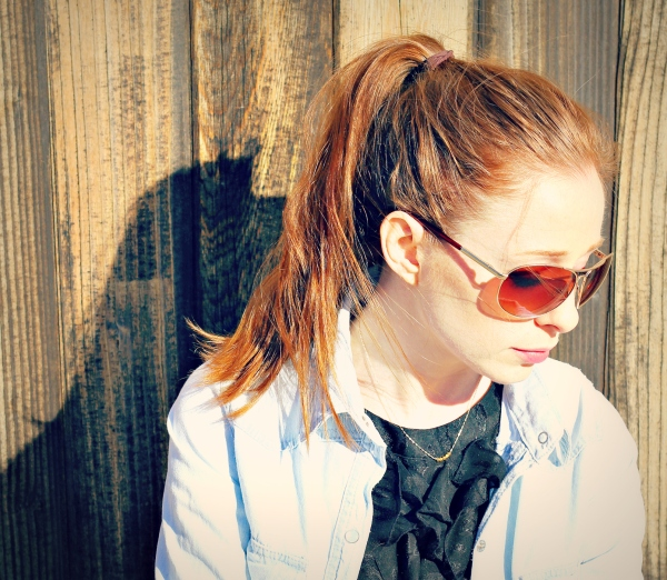 high pony, sunglasses, gold necklace